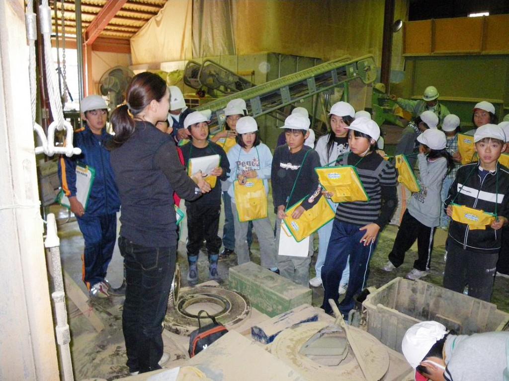 小学生対象の体験事業(ペレット工場見学)